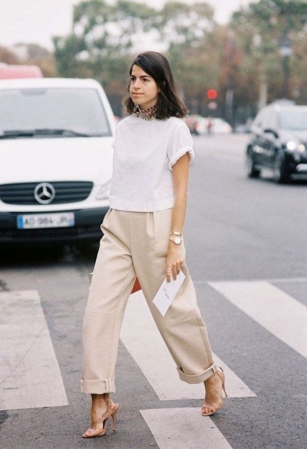 Leandra Medine - camiseta-branca-calca-bege-sandalia-bege-leandra-medine - bege - inverno - street style