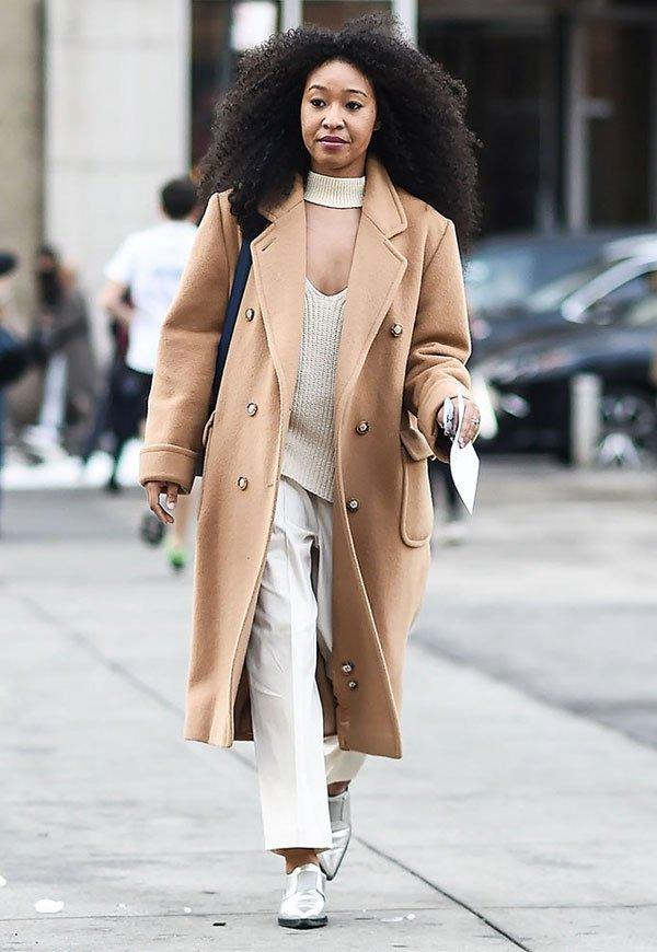 it girl - casaco-bege-calca-branca-sapato-branco - bege - inverno - street style