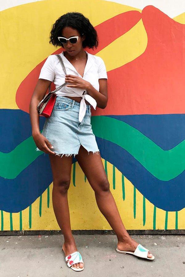 Chrissy Rutherford/Reprodução - top-cropped-saia-jeans-look - saia jeans - verão - street style