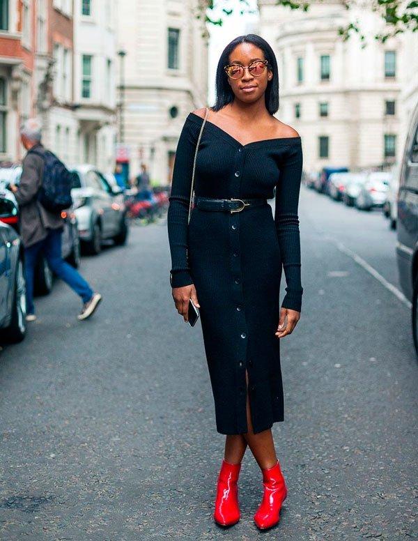 Chrissy Rutherford/Reprodução - chrissy-rutherford-vestido-preto-bota-vermelha -  bota-vermelha - meia estação - street style