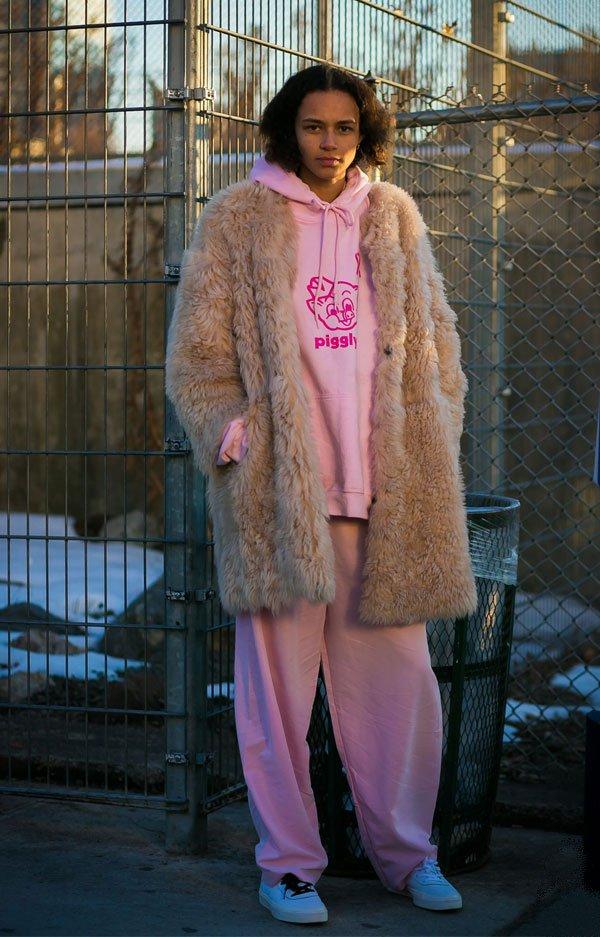 it girl - conjunto-rosa-moletom-sapato-branco-casaco-bege - bege - inverno - street style