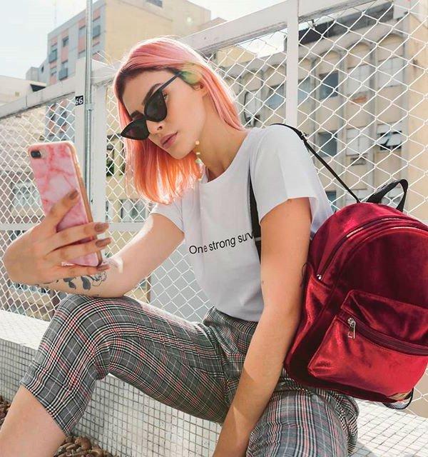 Gabi Lisboa/Reprodução - t-shirt-calca-xadrez-mochila-vermelha - mochila - verão - street style