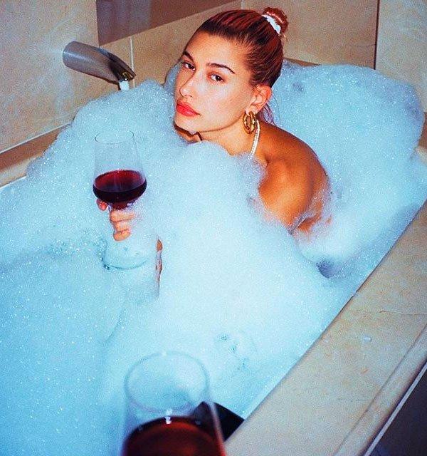 Hailey Baldwin/Reprodução - hailey-baldwin-banheira-beleza-scrunchie - skincare - meia estação - banheira