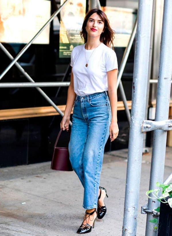 Jeanne Damas/Reprodução - t-shirt-branca-calca-mom-jeans - calça cintura alta - verão - street style