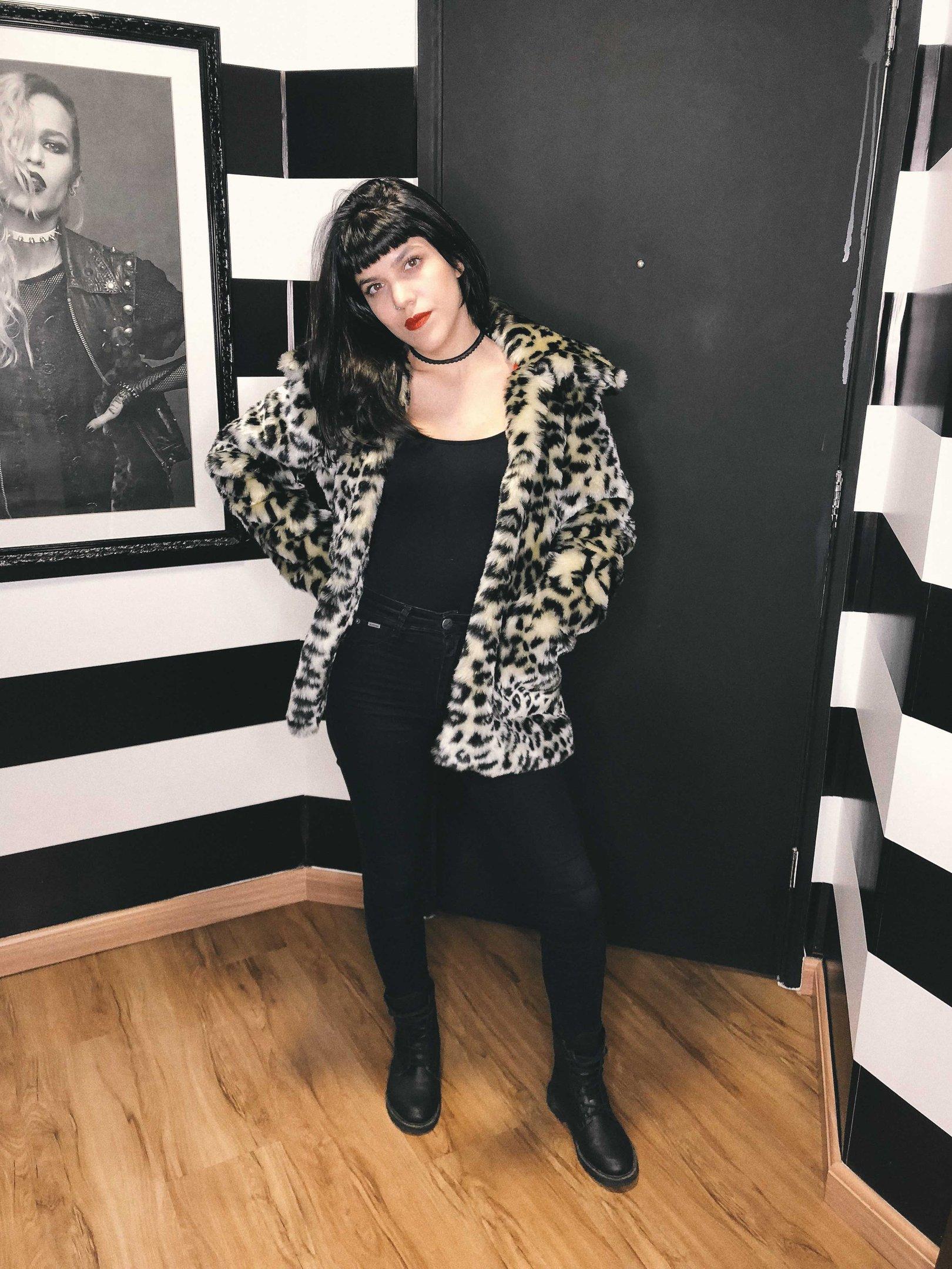 Julia Abud - calca-preta-camiseta-preta-casaco-oncinha-coturno - casaco oncinha - inverno - street style