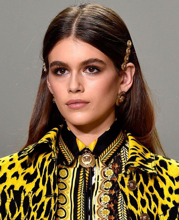 Kaia Gerber desfile Versace/Reprodução - cabelo-grampo-fios-desfile - grampos - verão - desfile Versace
