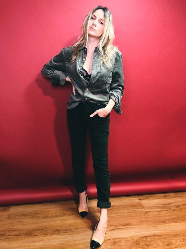 @KarinaFacci - camisa-verde-militar-calça-preta - militar  - meia estação - estúdio