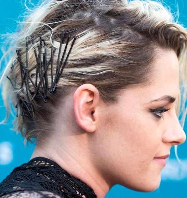 Kristen Stewart/Reprodução - coque-messy-grampos-fios-cabelo-penteado - grampos - verão - evento