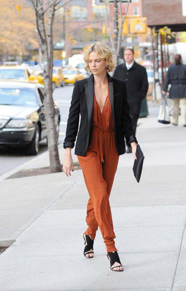 it girl - macacao-laranja-manga-comprida-blazer-preto - macacão - meia estação - street style