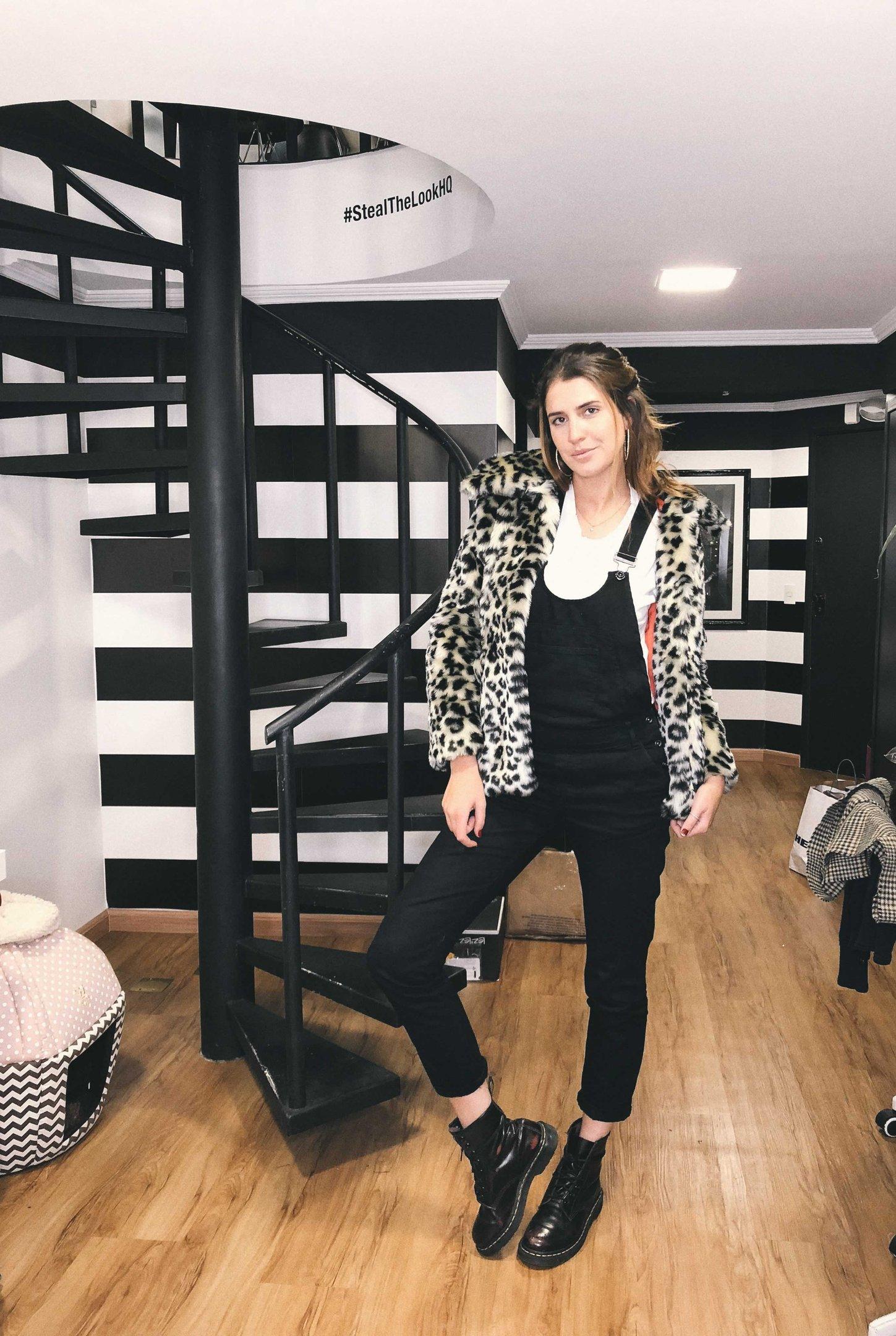 Manuela Bordasch - macacao-preto-coturno-casaco-oncinha - casaco oncinha - inverno - street style