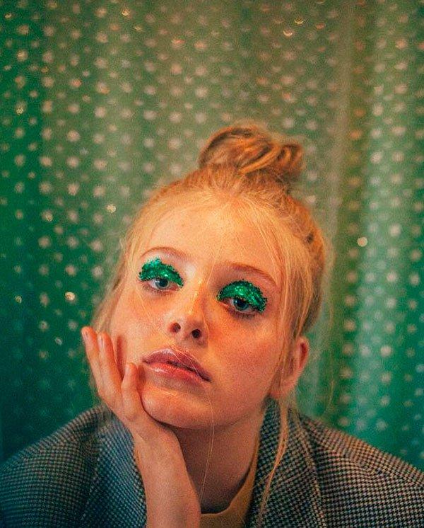 Maquiagem feita por Nathalie Billio/Reprodução - maquiagem-brilho-pigmento-verde - sombra pigmento verde - verão - estúdio