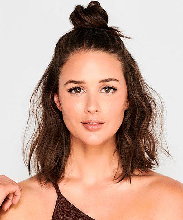 Sara Donaldson/Reprodução - sara-donaldson-cabelo-fios-textura-coque - half bun messy - verão - estúdio