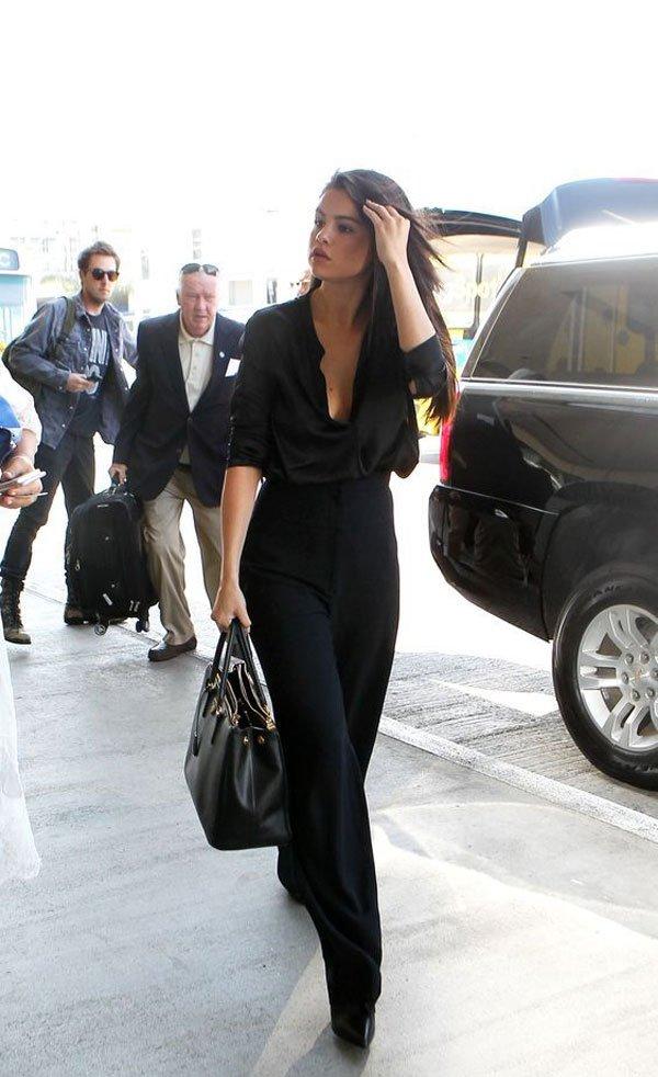 Selena Gomez - camisa-preta-pantalona - pantalona - meia estação - street style