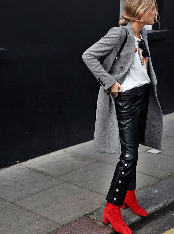 it-girl - t-shirt-branca-casaco-trench-coat-cinza-calca-couro-bota-vermelha - bota vermelha - meia estação - street style