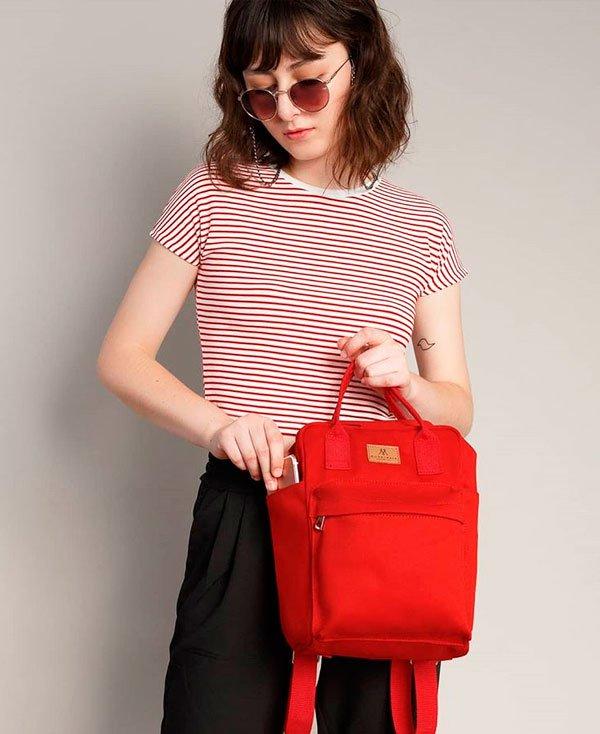 it-girl - t-shirt-listra-calca-preta-mochila-vermelha - mochila - verão - street style