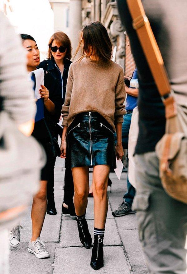 it-girl - tricot-bege-saia-couro-bota - saia couro - inverno - street style