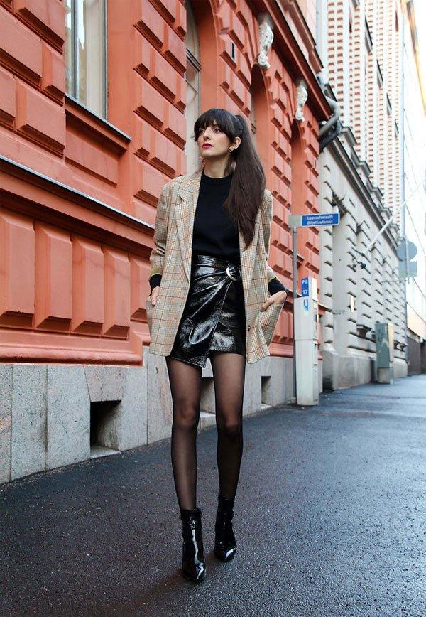 it-girl - tricot-preto-saia-couro-blazer - saia-couro - meia estação - street style