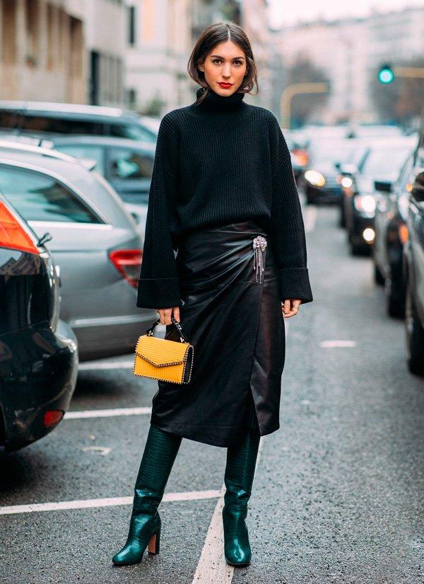 it-girl - tricot-preto-saia-couro-bota-verde-bolsa-amarela - saia couro - inverno - street style
