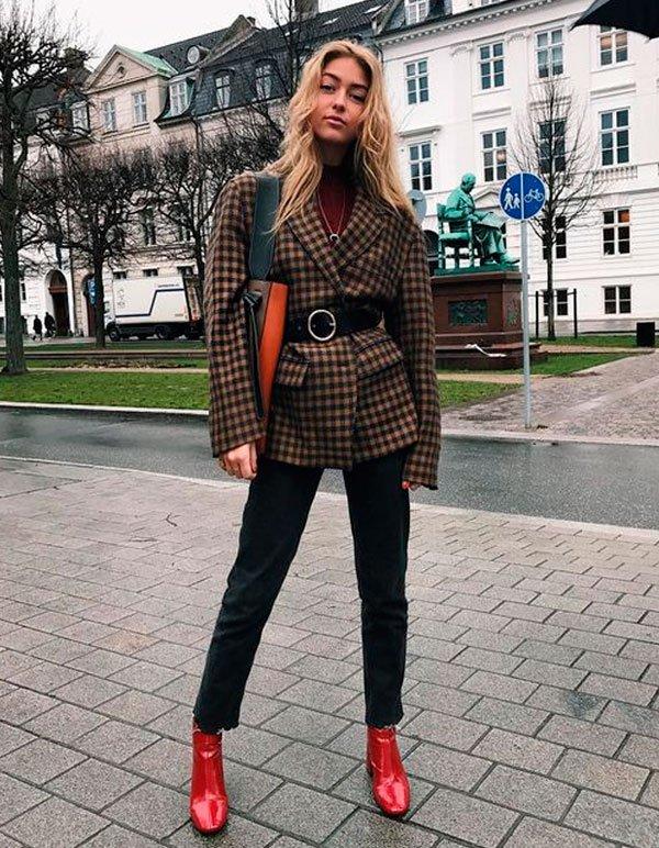 it-girl - turtleneck-blazer-xadrez-calca-preta-bota-vermelha - bota vermelha - meia estação - street style