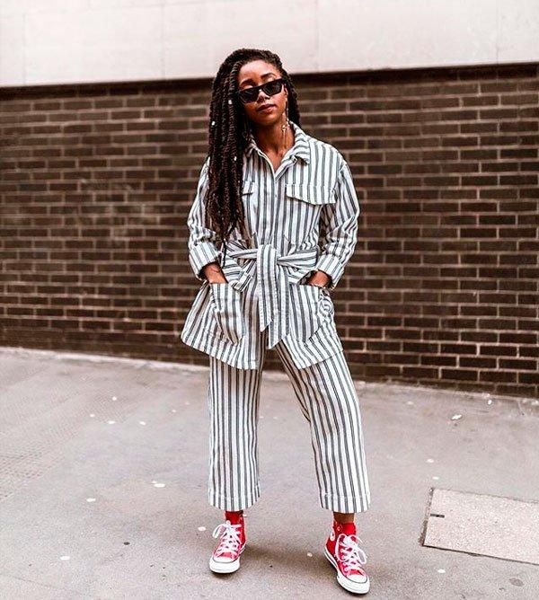 Uzy Nwachukwu/Reprodução - camisa-calca-listra-conjunto-converse - all star vermelho - meia estação - street style