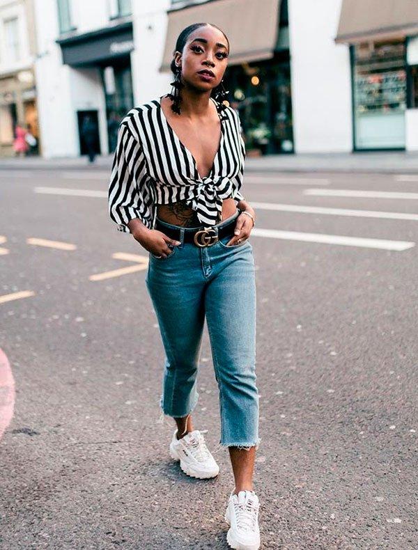 Uzy Nwachukwu/Reprodução - top-poa-calca-cintura-alta-dad-sneakers - calça cintura alta e dad sneakers - verão - street style