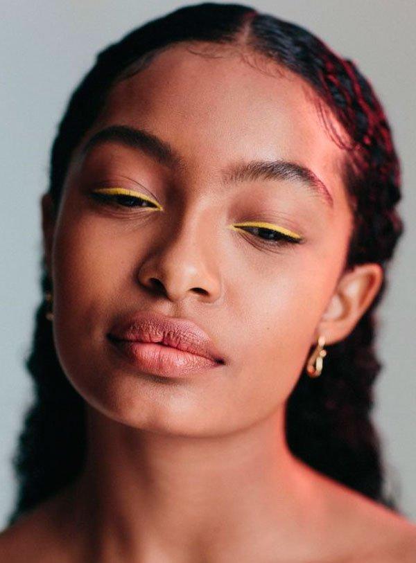 Yara Shahidi - delineador-amarelo-maquiagem - delineador-colorido - verão - estúdio