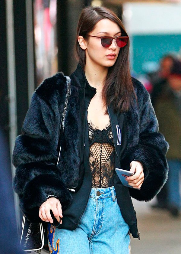 Bella Hadid - body-bomber-faux-fur-mom-jeans - mom jeans e lingerie aparente - inverno - street style