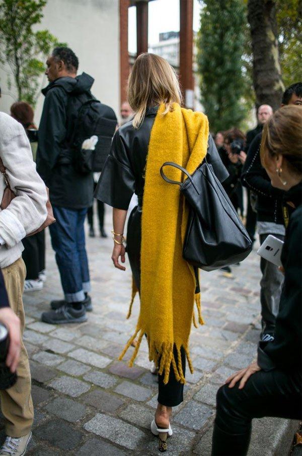 it girl - cachecol-amarelo-roupa-couro-preta - cachecol - inverno - street style