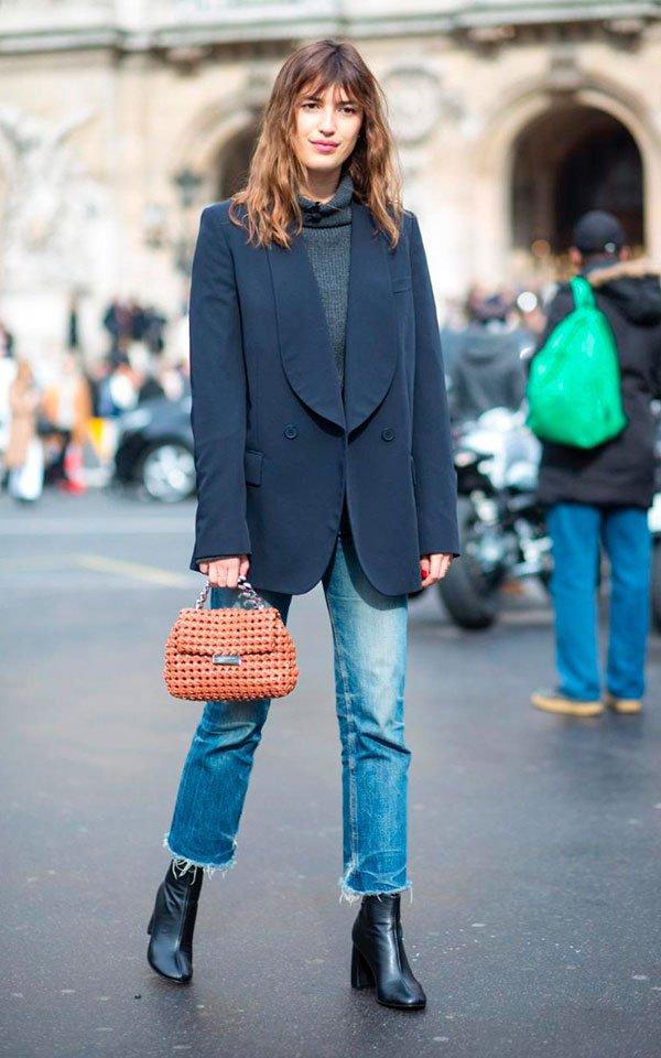 Jeanne Damas - calca-jeans-bota-preta-blazer-azul-turtleneck-bolsa-contas - calça jeans - inverno - street style