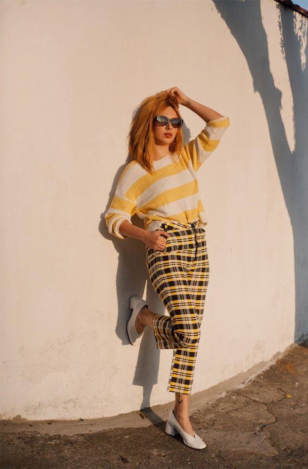 Ali Santos - calca-xadrez-amarela-sapato-branco - sapato branco - meia estação - street style