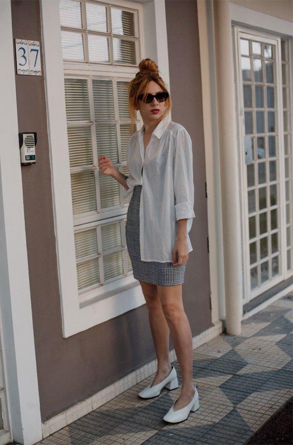 Ali Santos  - camisa-branca-saia-xadrez-sapato-branco - sapato branco - meia estação - street style
