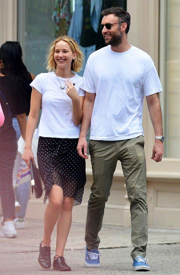 Jennifer Lawrence  - camiseta-vestido-poa-sapato - vestido  - meia estação - street style