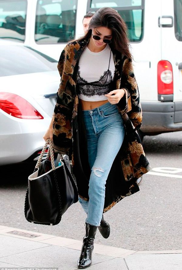 Kendall Jenner - t-shirt-lingerie-calca-jeans-bota-casaco - lingerie aparente - inverno - street style
