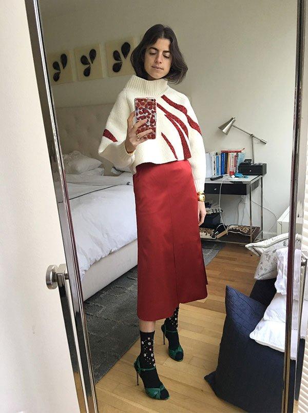 Leandra Medine  - saia-vermelha-sandalia-com-meia-preta - sandalia-com-meia - inverno - street style