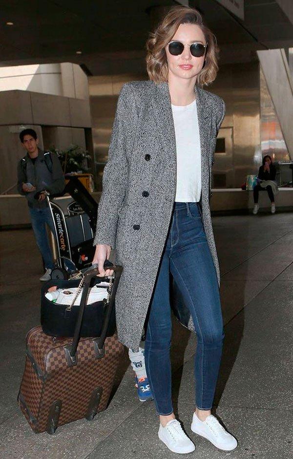 Miranda Kerr - t-shirt-branca-casaco-calca-jeans-tenis-branco - all star - inverno - street style