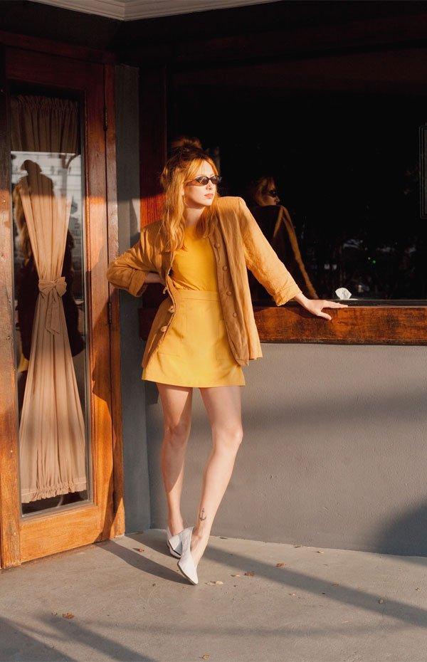 Ali Santos  - saia-amarela-blazer-caramelo- - sapato branco  - meia estação - street style