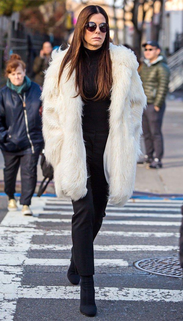 Sandra Bullock - faux-fur-calca-bota - faux fur  - inverno - street style