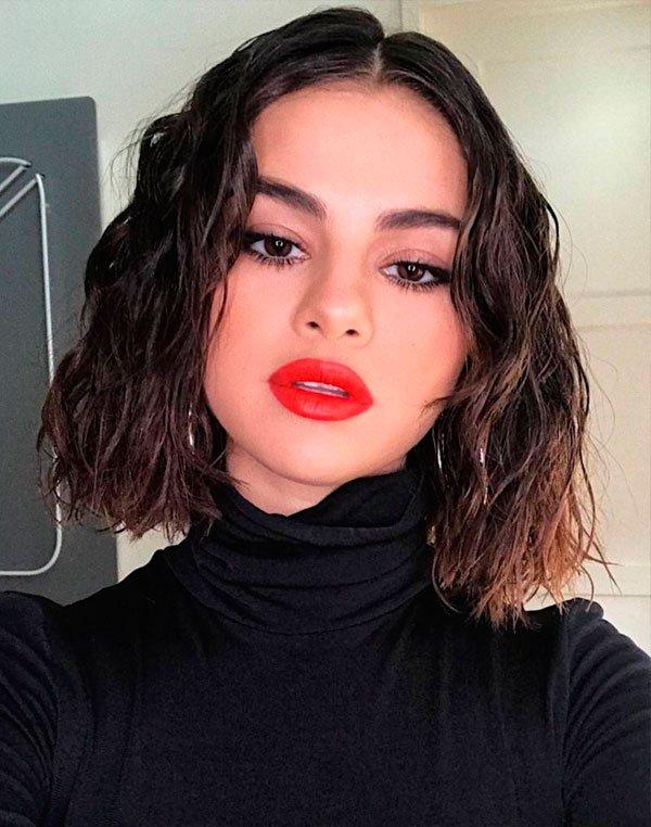 Selena Gomez - selena-gomez-cabelo-wet-hair-glossy - maquiagem-batom-vermelho-wet-hair - verão - estúdio