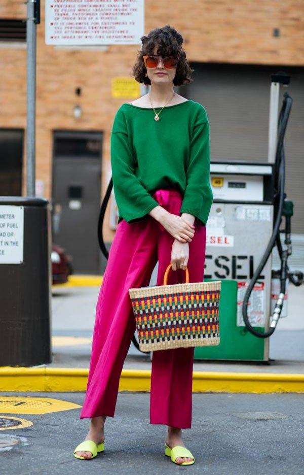 it girl - sueter-verde-calca-rosa-chinelo-amarelo - bolsa de palha - meia estação - street style