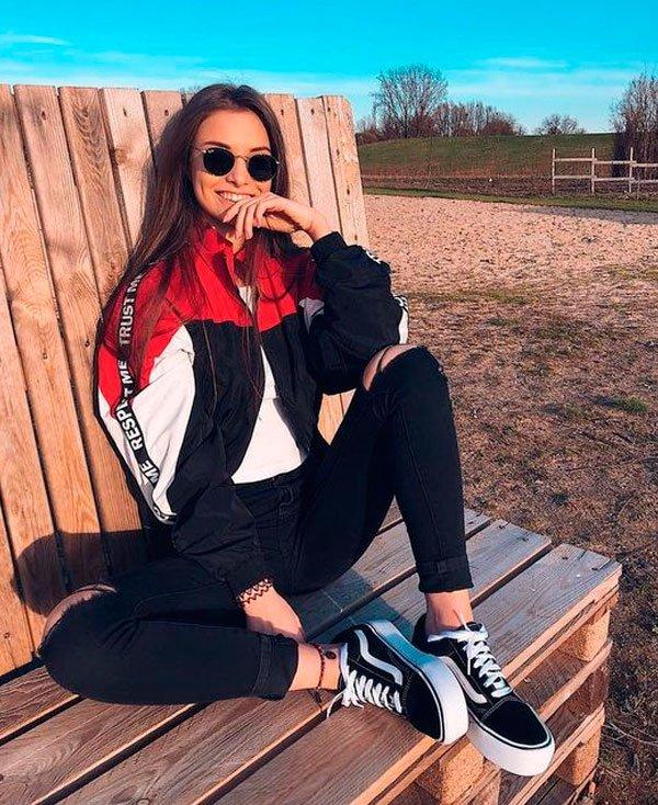 it-girl/reprodução - t-shirt-branca-jaqueta-corta-vento-calca-preta-vans - jaqueta corta vento - inverno - street style