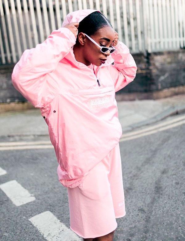 Uzy Nwachukwu/Reprodução - uzy-jaqueta-windbreaker-rosa-street-style - jaqueta corta vento - inverno - street style