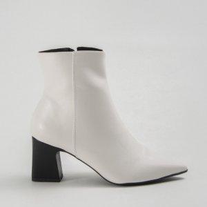 Bota Bico Fino Branco Tamanho: 33 - Cor: Branco
