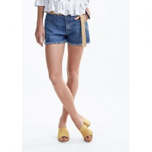 Shorts Jeans Na Base Lisboa Detalhes Desfiados Na Barra