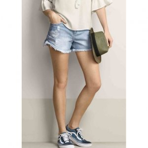 Shorts Feminino Em Jeans De Algodão Com Destroyed E Barra Desfiada