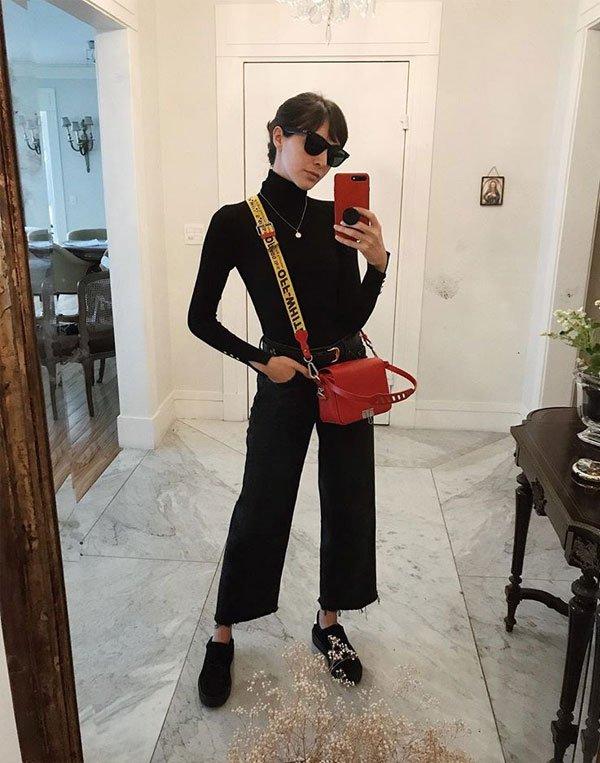 Angelica Bucci - turtleneck-calça-culotte-all-black - bolsa-vermelha - inverno - street style