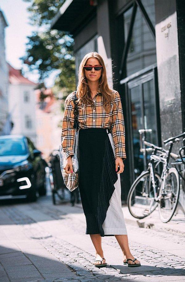 it girl - camisa-xadrez-saia-preta-branca-chinelo - chinelo - verão - street style