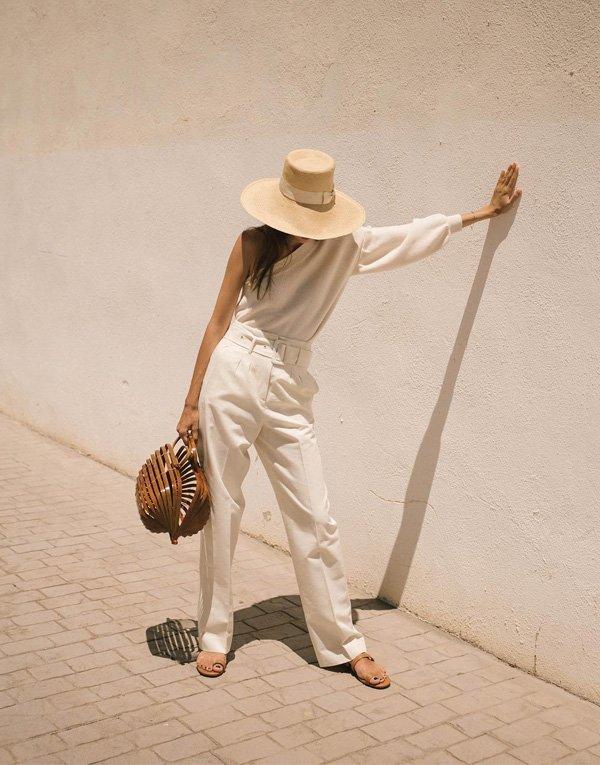 Beatrice Gutu - blusa-ombro-calca-branca-chapeu-palha - chapeu - verão - street style