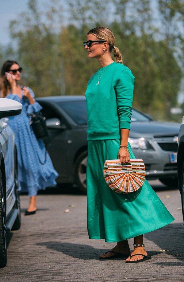 it girl - moletom-verde-saia-verde-chinelo - chinelo - verão - street style