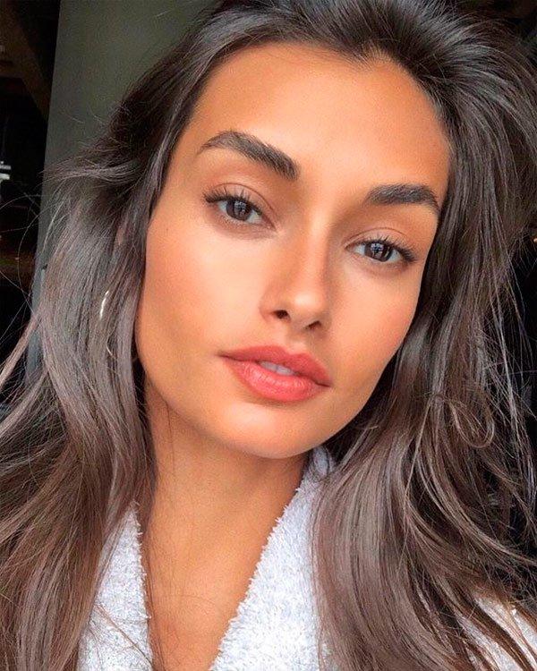 Gizele Oliveira - modelo-cuidados-pele-skincare-roupao - skincare - verão - estúdio