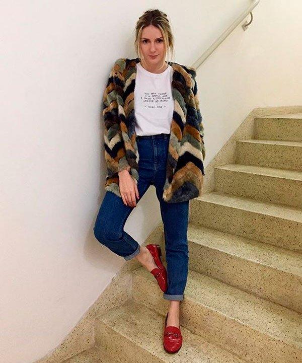 Karina Facci - t-shirt-branca-faux-fur-mocassim-vermelho - mocassim - meia estação - street style